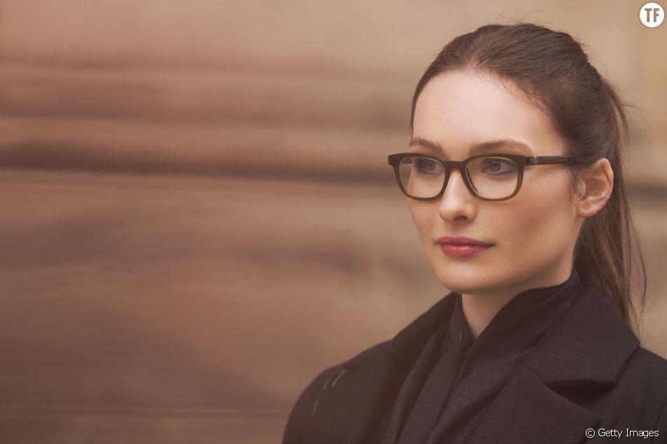 Voilà une astuce maquillage idéale pour toutes celles qui portent de lunettes.