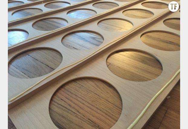 Collez les deux planches de bois entre elles avec de la glue