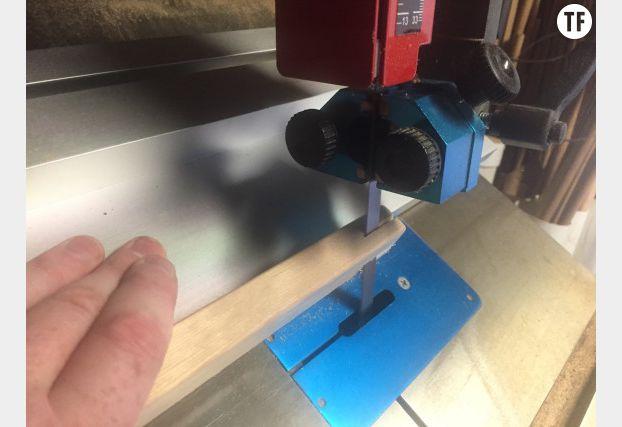 Découpez la bordure du haut de votre cadre et collez-la sur vos deux planches