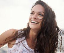 Comment camoufler ses cheveux blancs grâce à un seul ingrédient naturel