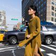 On veut exactement la même maxi robe en maille moutarde que cette it-girl new-yorkaise.