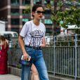 Un patte d'eph, un t-shirt balnc et un mini sac couture, la simplicité, ça paye toujours.