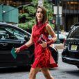 On valide cette robe rouge aurore en accord avec les couleurs de la saison. mention spéciale pour les bottines mi-mollet.