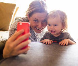 Elle attaque ses parents qui postaient des photos d'elle enfant sur Facebook