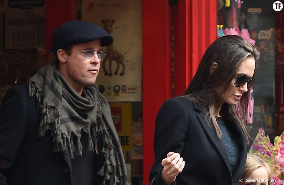 Brad Pitt et Angelina Jolie quittent un magasin de jouets à Londres le 12 mars 2016