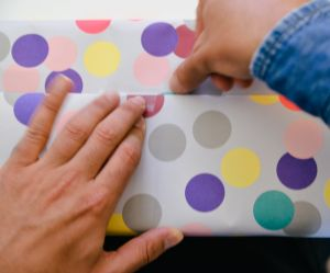 La technique magique pour emballer ses cadeaux en 30 secondes