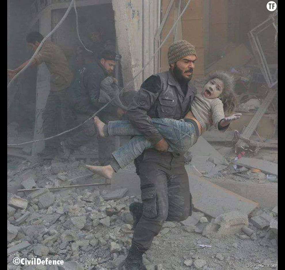 Un secouriste de Syria Charity sort une petite fille des décombres après des frappes aériennes (Syria Charity)