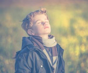 Comment aider son enfant à se calmer grâce à la sophrologie