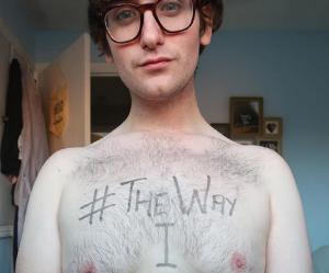 """Il célèbre ses """"seins d'homme"""" sur Instagram"""