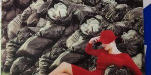 Une femme allongée dans des poubelles : la couverture de brochure qui fait bondir
