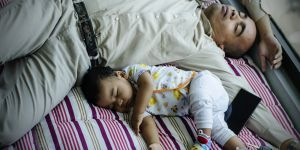 Les jeunes parents seraient privés de sommeil pendant six ans