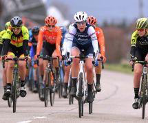 Cette cycliste rattrapait les hommes dans une course : elle a été stoppée
