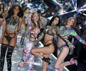 100 mannequins pressent Victoria's Secret d'agir contre les violences faites aux femmes