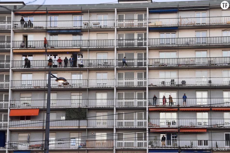 Habitants d'un immeuble applaudissant les soignants à Strasbourg