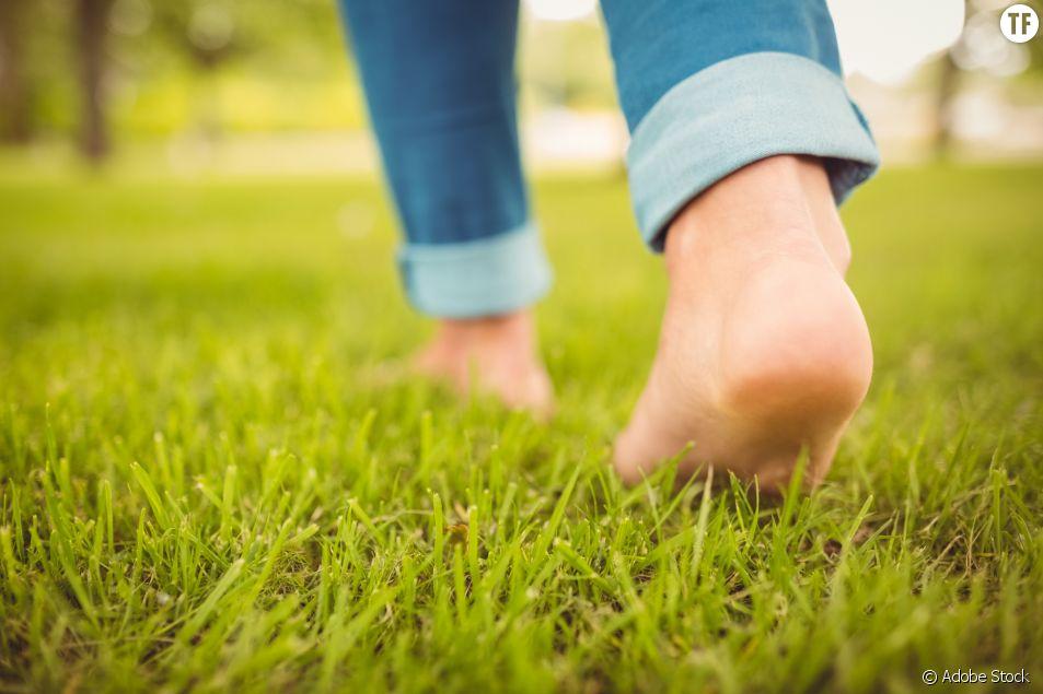 Marcher pieds nus dans l'herbe