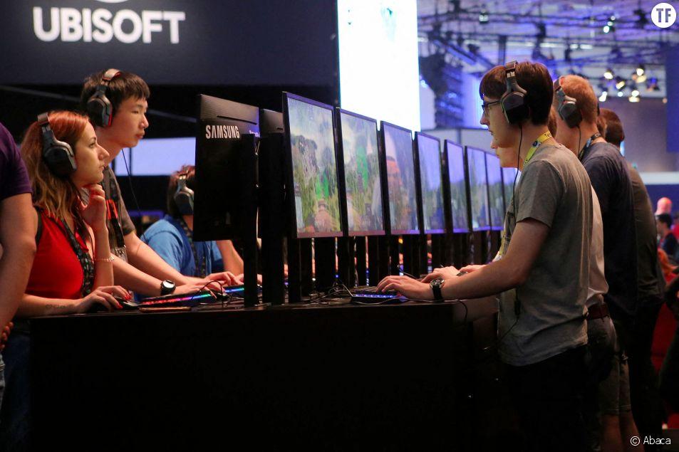 Des joueurs à Cologne jouent à Anno 1800 dans le stand Ubisoft lors de la convention Gamescom en 2018