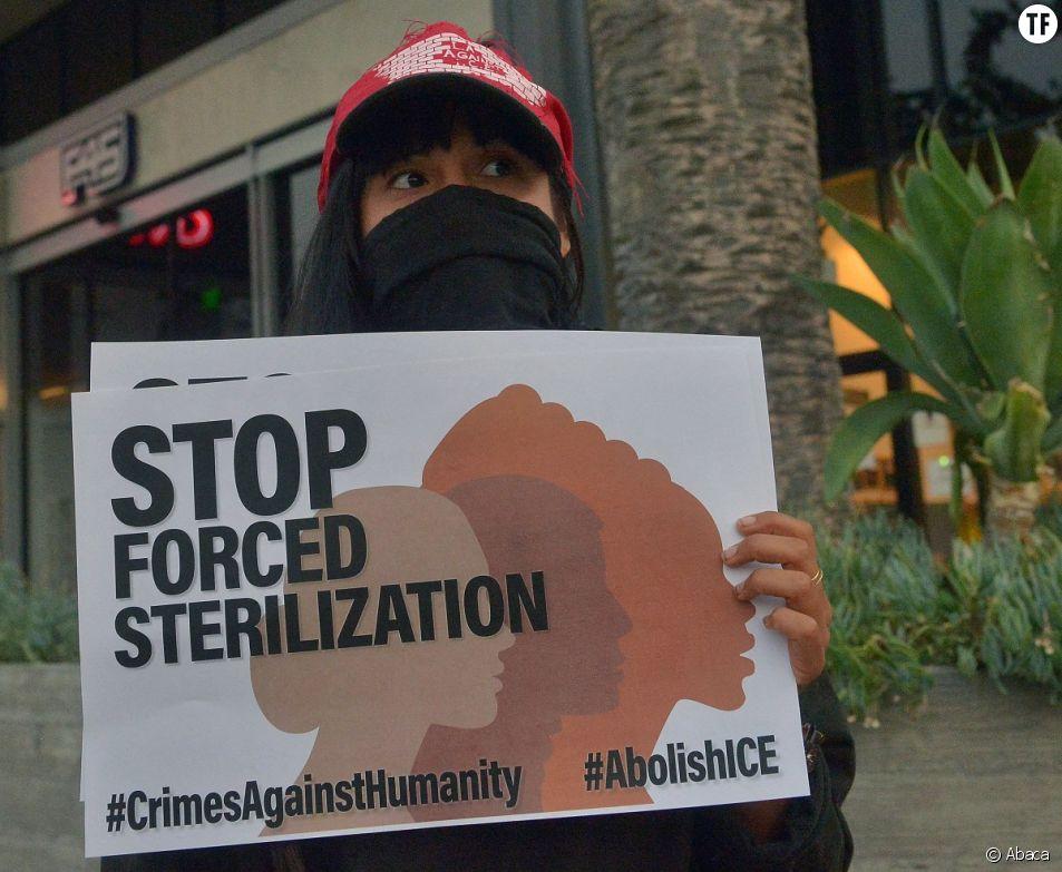 A Los Angeles, un petit groupe de militants protestent contre les hystérectomies forcées présumées au centre de détention en Géorgie.