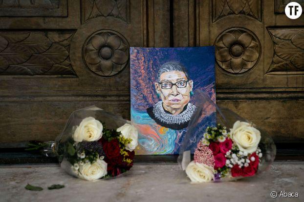 Un portrait en hommage à Ruth Bader Ginsburg, devant la Cour suprême des Etats-Unis.