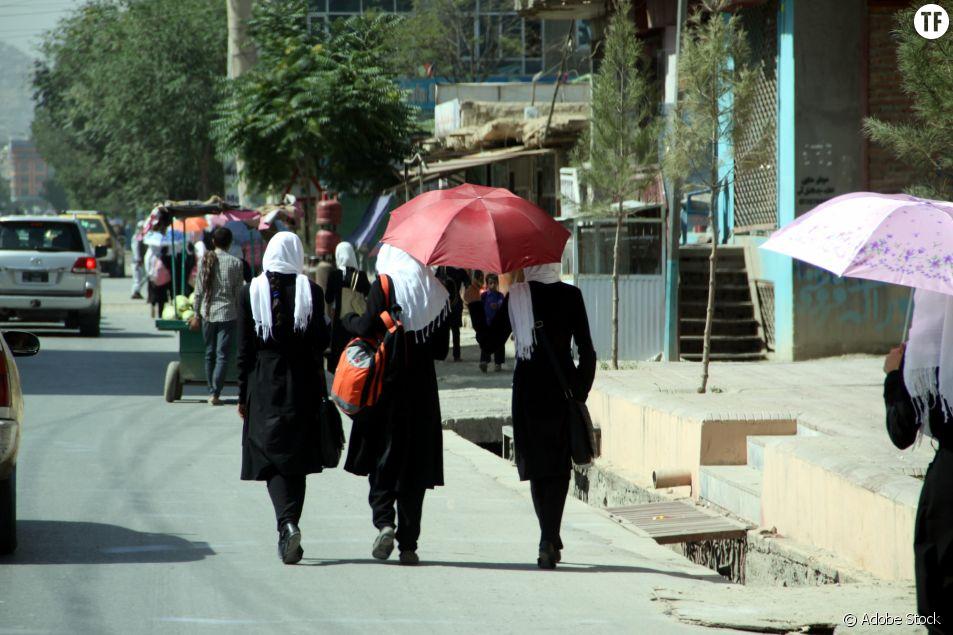 Trois jeunes femmes dans les rues de Kaboul, la capitale de l'Afghanistan.