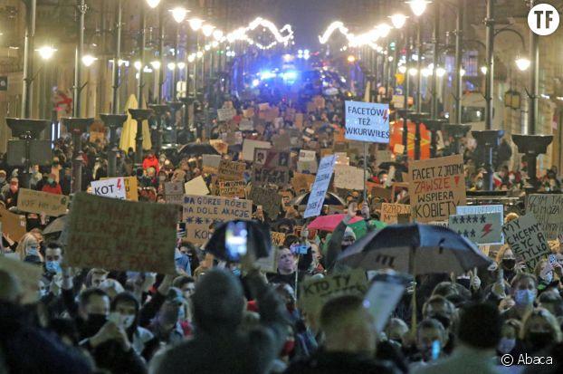 A Varsovie, des centaines de milliers de personnes manifestent pour le droit à l'avortement.