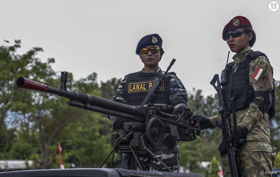L'armée indonésienne participe à un défilé pour marquer le 74e anniversaire de l'armée indonésienne à Palu, dans le centre de Sulawesi. (Photo par Opan Bustan/Abaca)