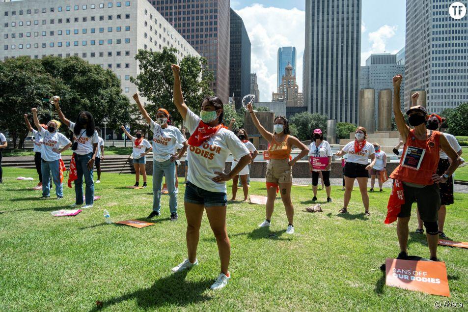 Un groupe d'activistes manifeste contre la loi anti-IVG du Texas à Houston, le 1er septembre 2021
