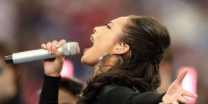Super Bowl 2013 : Alicia Keys chante l'hymne national américain – Vidéo replay