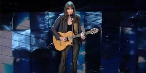Carla Bruni chante « J'arrive à toi » et parle de son mari Nicolas Sarkozy en chanson – Vidéo Clip
