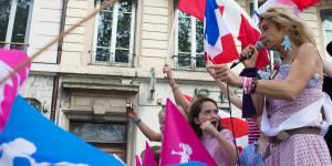 Manif pour tous : Frigide Barjot chassée par les anti d'extrême droite à Lyon