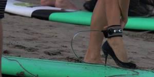 Des surfeuses en talons aiguilles contre les compétitions sexistes – vidéo