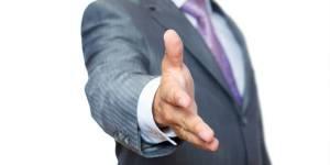 A-t-on le droit de serrer la main gauche de son interlocuteur ?