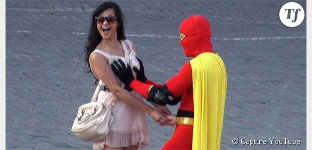 Boobsman : le super-(pervers)-héros qui tâte les seins contre le cancer  – vidéo
