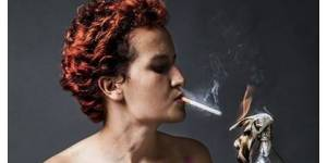 Femen Tunisie : Amina pose seins nus avec cigarette et cocktail Molotov - photo