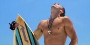 Benefit : la pub qui montre des hommes nus pour vendre du mascara - vidéo
