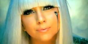 Lady Gaga, rédactrice en chef du quotidien « Metro » cherche un assistant