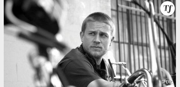 50 Shades of Grey : Charlie Hunnam n'a pas peur des scènes de sexe avec Dakota Jonhson