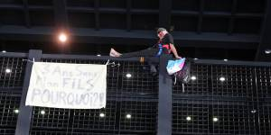 Après la grue, le père en colère monte sur la grille du Palais de justice de Nantes