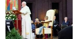 Pape François : un enfant s'assoit dans son fauteuil pendant un discours – vidéo