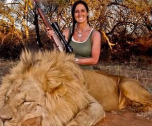 Une présentatrice tue un lion et se fait harceler sur Internet
