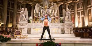 Seins nus, une Femen prend la pose devant l'autel de La Madeleine à Paris