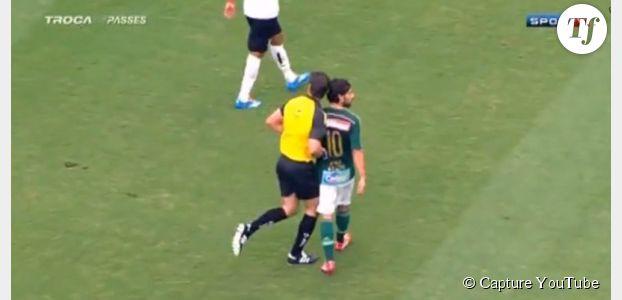 Un arbitre met un coup de tête à Jorge Valdivia pendant un match (vidéo)