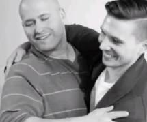 « First Kiss »: quand homophobes et homosexuels se font un câlin - en vidéo