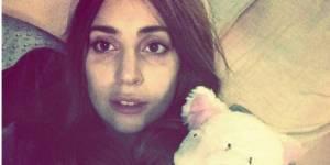 Lady Gaga pose sans maquillage dans son lit avec son doudou