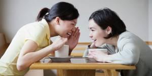 Faut-il participer aux commérages entre collègues ?