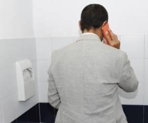 Dormir, téléphoner, pleurer, que faites-vous dans les toilettes du bureau ?
