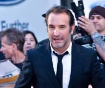 """Jean Dujardin """"s'auto-soûle"""" à force de se voir dans les magazines"""
