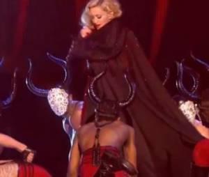 Brit Awards 2015 : une chute impressionnante pour Madonna (Vidéo)