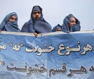 Afghanistan : des hommes défilent en burqa à Kaboul