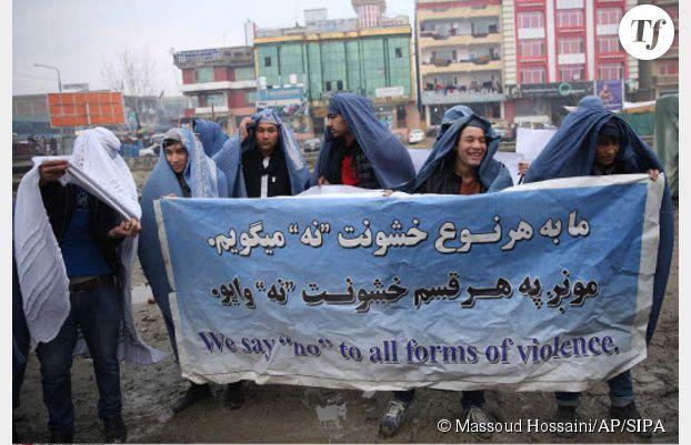 Des hommes défilant en burqa dans les rues de Kaboul le 5 mars 2015.