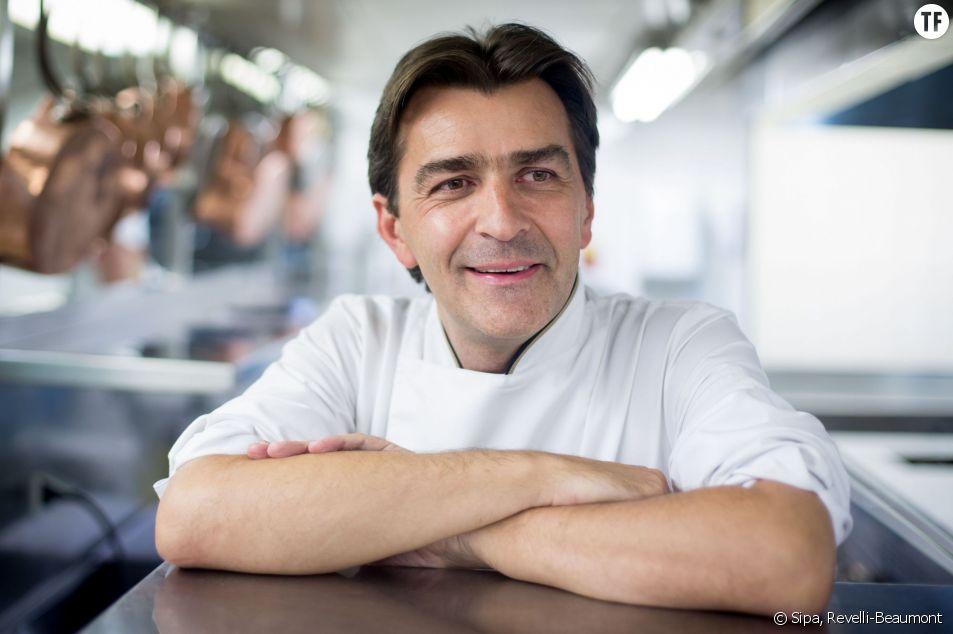 Yannick Alléno posant dans les cuisines du Pavillon Ledoyen.